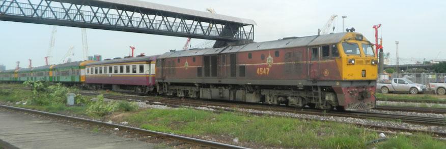 GE Locomotive 4547 retrieves coaches for Hua Lamphong